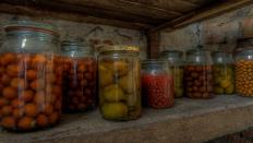 Einweckgläser, gefüllt mit Früchten
